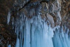 Ghiacciolo d'attaccatura sull'isola di Olkhon nel lago congelato Baikal in Russia Immagine Stock Libera da Diritti