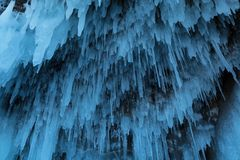 Ghiacciolo d'attaccatura sull'isola di Olkhon nel lago congelato Baikal in Russia Immagine Stock