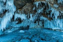 Ghiacciolo d'attaccatura sull'isola di Olkhon nel lago congelato Baikal in Siberia Immagine Stock Libera da Diritti