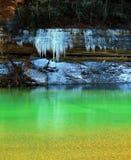 Ghiacciolo sopra Emerald Pool Immagini Stock Libere da Diritti