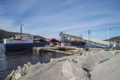 Ghiaia del carico di sistemi MV Falknes al porto di Bakke Immagini Stock Libere da Diritti