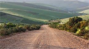 Ghiaia/strada non asfaltata che va in discesa Fotografia Stock
