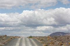Ghiaia/strada non asfaltata e nuvole spesse Fotografia Stock