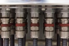 Ghiandole di cavo elettrico collegate alla scatola di giunzione immagine stock