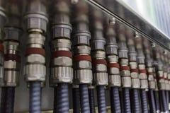 Ghiandole di cavo elettrico collegate alla scatola di giunzione fotografia stock