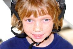 Ghignare bambino nel casco di sicurezza Immagine Stock Libera da Diritti
