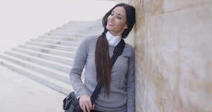 Ghignare donna in maglione vicino ad esaminare della parete video d archivio