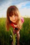 Ghignare ragazza in un campo Fotografia Stock Libera da Diritti