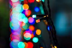 Ghirlanda colorata di Natale delle luci con bokeh Immagini Stock
