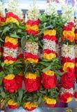 Ghirlanda Colourful appesa e venduta in una stalla dell'India vicino un tempio Immagini Stock Libere da Diritti