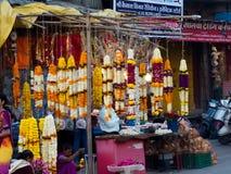 Ghirlanda del tagete che appende sul negozio in India immagine stock