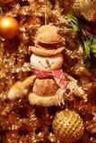 Ghirlanda dell'oro di Natale con il pupazzo di neve Fotografie Stock