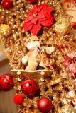 Ghirlanda dell'oro di Natale con il pupazzo di neve sul pattino Fotografia Stock Libera da Diritti