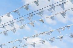 Ghirlanda delle bandiere bianche di forma triangolare, stendardi in cielo blu Festa della via della città Mare, Marine Theme mode Fotografia Stock