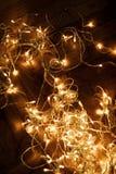 Ghirlanda delle luci di Natale su fondo scuro Cartolina di Natale con Fotografia Stock