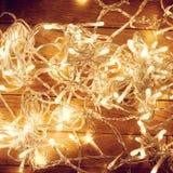Ghirlanda delle luci di Natale su un vecchio pavimento di parquet di legno antico w Fotografia Stock Libera da Diritti