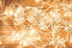 Ghirlanda delle luci di Natale su un vecchio pavimento di parquet di legno antico w Fotografia Stock