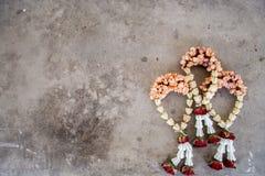 Ghirlanda di buddismo nella superficie di calcestruzzo Immagini Stock