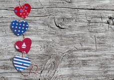 Ghirlanda di carta casalinga dei cuori Struttura di legno di San Valentino, fondo Spazio libero per testo Immagine Stock