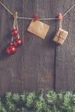 Ghirlanda di Natale con i giocattoli ed i regali su un backgroun di legno scuro Fotografia Stock Libera da Diritti