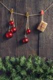 Ghirlanda di Natale con i giocattoli ed i regali su un backgroun di legno scuro Immagini Stock Libere da Diritti