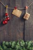Ghirlanda di Natale con i giocattoli ed i regali su un backgroun di legno scuro Immagine Stock Libera da Diritti