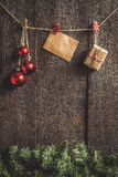 Ghirlanda di Natale con i giocattoli ed i regali su un backgroun di legno scuro Immagine Stock