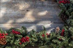 Ghirlanda di Natale sul portico del paese Fotografia Stock