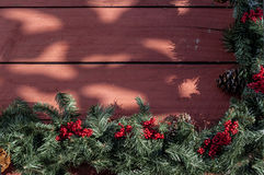 Ghirlanda di Natale sul portico del paese Immagini Stock Libere da Diritti