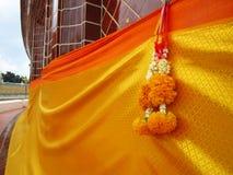 Ghirlanda gialla del fiore e dell'abito Immagini Stock Libere da Diritti