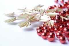 Ghirlanda rossa con una stella immagini stock