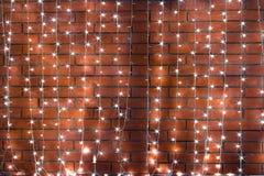 Ghirlanda su un muro di mattoni Fotografia Stock