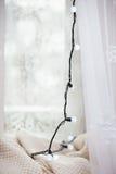 Ghirlanda sulla finestra Fotografia Stock