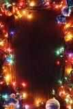 Ghirlande di Natale delle lampade su un fondo di legno Fotografia Stock Libera da Diritti