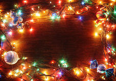 Ghirlande di Natale delle lampade su un fondo di legno Immagine Stock Libera da Diritti