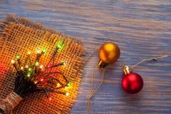 Ghirlande di Natale delle lampade su un fondo di legno Fotografie Stock Libere da Diritti