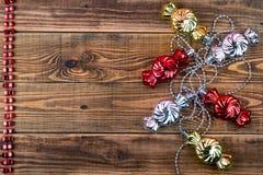 Ghirlande di Natale su un fondo di legno con un posto per il vostro Fotografia Stock Libera da Diritti