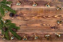 Ghirlande di Natale su un fondo di legno con un posto per il vostro Immagini Stock