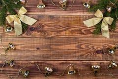 Ghirlande di Natale su un fondo di legno con un posto per il vostro Fotografie Stock Libere da Diritti