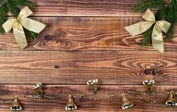 Ghirlande di Natale su un fondo di legno con un posto per il vostro Fotografia Stock