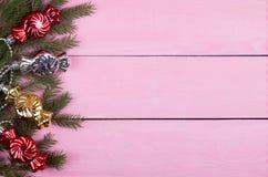 Ghirlande di Natale su un fondo rosa con un posto per il vostro te Fotografia Stock Libera da Diritti