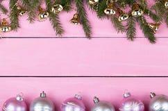 Ghirlande di Natale su un fondo rosa con un posto per il vostro te Fotografia Stock