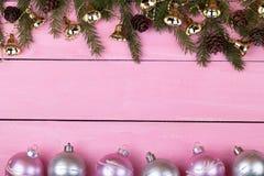 Ghirlande di Natale su un fondo rosa con un posto per il vostro te Fotografie Stock Libere da Diritti
