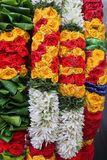 Ghirlande vibranti del fiore da vendere immagini stock