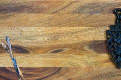 Ghisa antico e tagliacarte ossidati sul backgro di legno fotografia stock libera da diritti