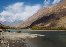 Ghizer River In Autumn, Ghizer Valley, Northern Pakistan. Beautiful Autumn Landscape Of Ghizer River Along Hindu Kush Mountain Range In Ghizer Valley, Northern Stock Photography