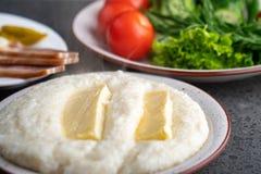 Ghomi di mamalica del cereale di Mengrelian con formaggio Alimento georgiano fotografie stock