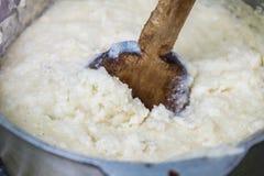 Ghomi, popularny naczynie od Samegrelo regionu robić biały prostacki cornmeal w dużym czajniku, zdjęcie royalty free