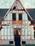 Ghost mauvais devant une Chambre abandonnée hantée par horreur photos stock