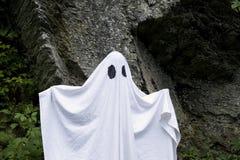 Ghost que está na frente de uma rocha Imagens de Stock Royalty Free